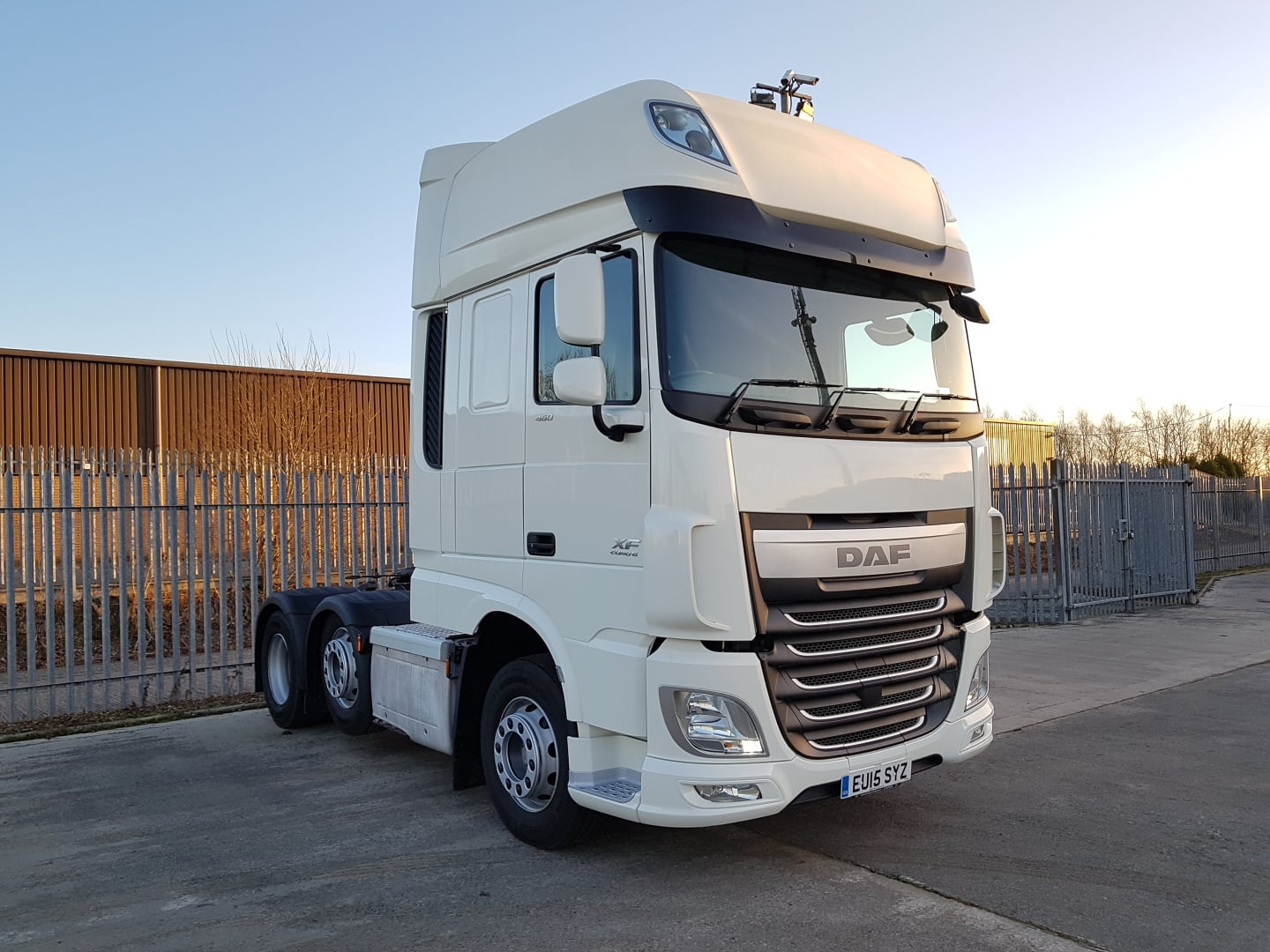 2015 XF Superspace Cab DAF in immaculate condition! Euro 6 plain white tractor unit available for sale, currently in Glasgow. 416,000kms, twin sleeper cab, automatic gearbox, mid-lift, fridge, upgraded stereo. MOT November 2019.