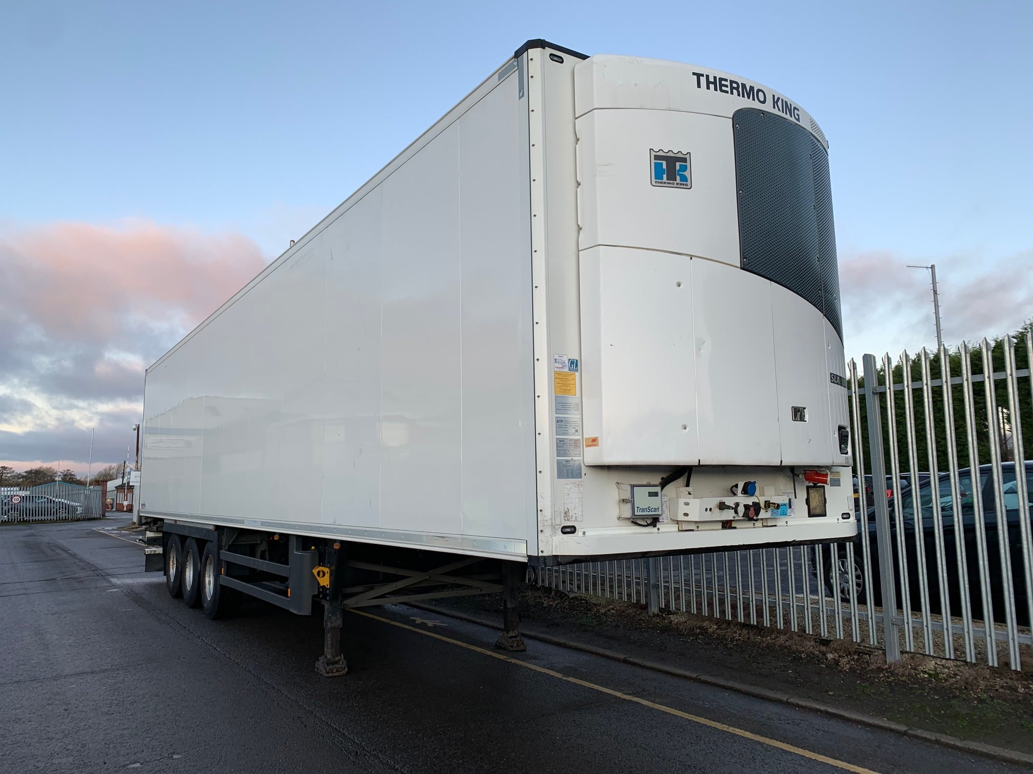 2015 Schmitz Single Temp Fridge. Thermoking SLXe 300 Engine, 2.59m Internal Height, SAF Axles, Drum Brakes, Aluminium Floor, Barn Doors, Load Lock Rails, Raise Lower Valve Facility.