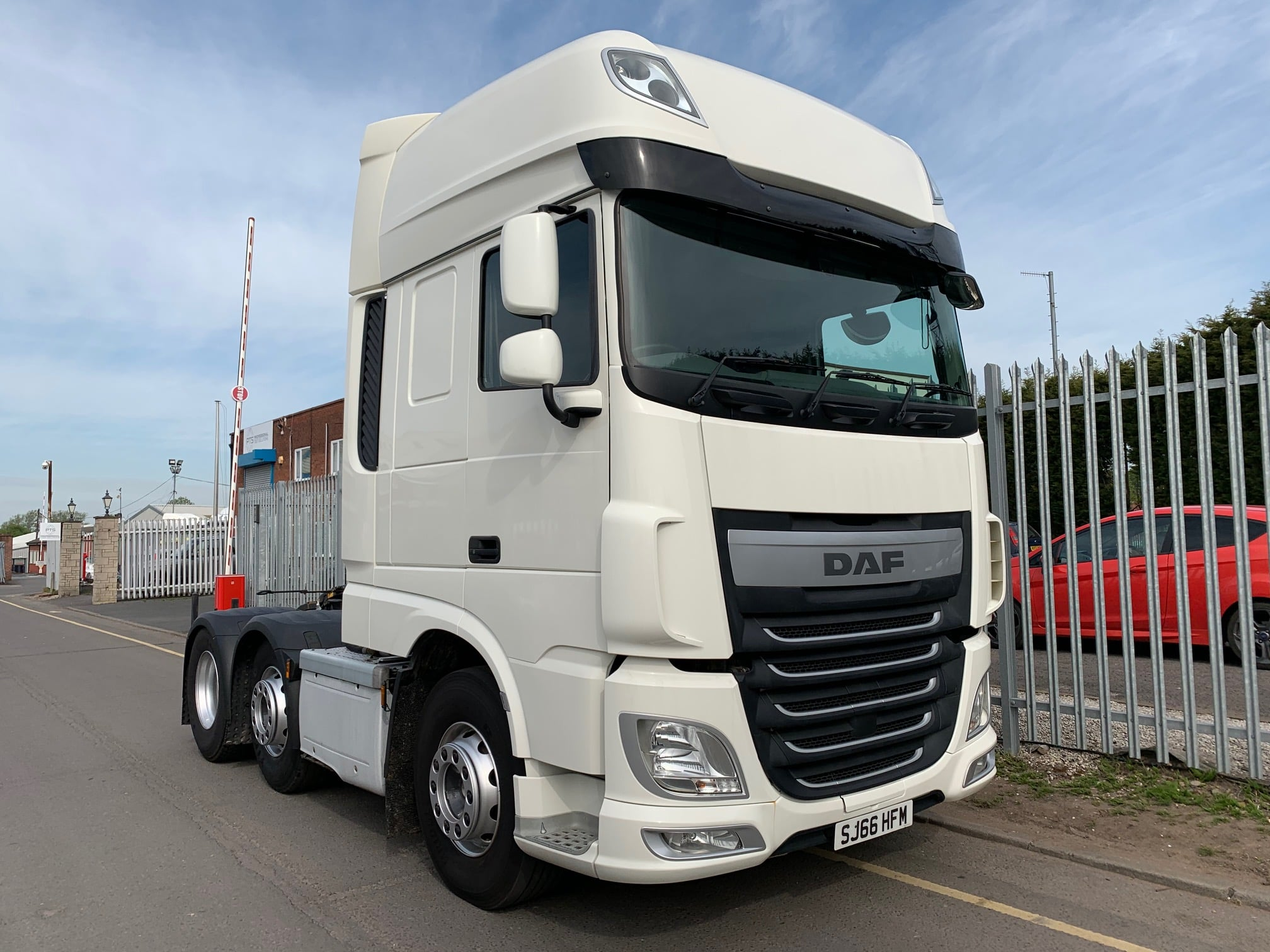 2016 (66) DAF XF. Euro 6, 510bhp, Superspace Twin Sleeper Cab, AS Tronic Automatic Gearbox, Steering Wheel Controls, Aluminium Catwalk Infill Panel, Fridge, Cruise Control, Mid-Lift Axle, Dual Liner Hydraulics for Tippers or Walking Floors. Choice & Warranty Available.