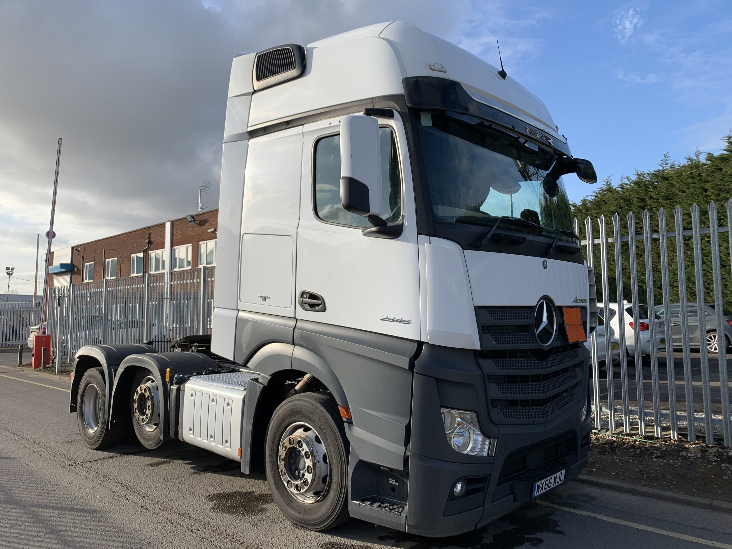 2016 (66) Mercedes Actros 2545, Euro 6, 450bhp, Gigaspace Single Sleeper Cab, Automatic Gearbox, Air Con, Steering Wheel Controls, Radio/USB/Bluetooth, 450 Litre Fuel tank, Low Mileage, Warranty & Choice Available.